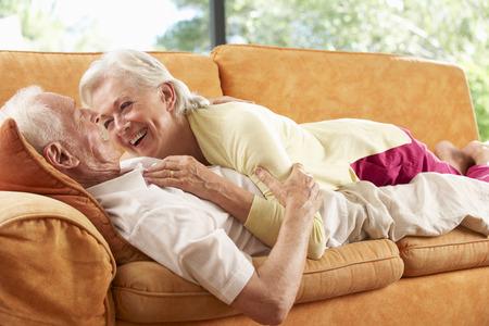 ancianos felices: Pareja mayor que miente en el sofá en casa