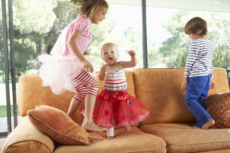 jumping: Grupo de niños que saltan en el sofá