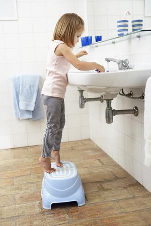 歯を磨くの浴室で少女