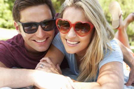浪漫: 浪漫的情侶在公園一起 版權商用圖片