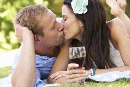 besos apasionados: Pareja de picnic disfrutar juntos