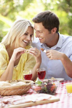 comidas: Pareja disfruta de la comida al aire libre Juntos Foto de archivo