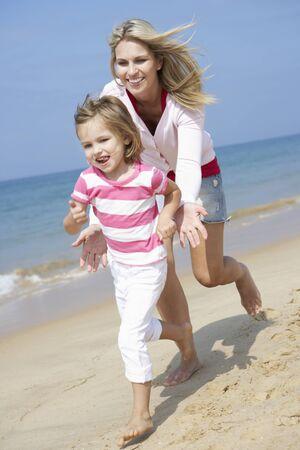 verticales: Madre Chasing Hija largo de la playa