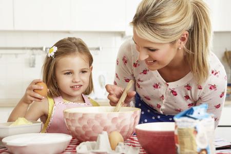 niños cocinando: Madre e hija para hornear en la cocina Foto de archivo