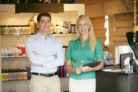 Portret Van Verzorging Product Shop Managers die digitale tablet Stockfoto