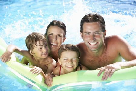niños nadando: Familia el día de fiesta en piscina Foto de archivo