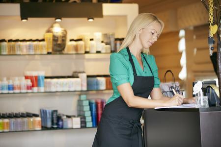 Portret Van Sales Assistant In Verzorging Product Shop