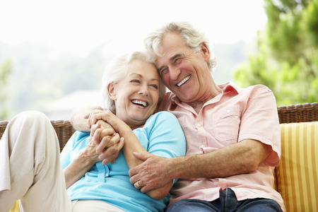 Couple âgé assis sur le siège extérieur Ensemble Banque d'images - 42256862