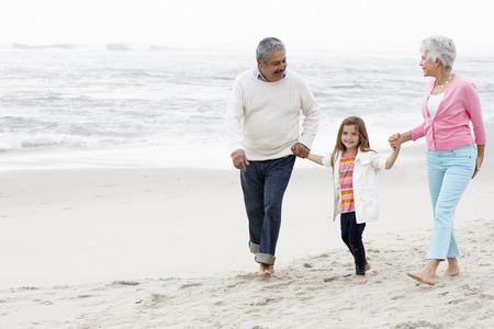 손녀와 함께 해변을 따라 산책 조부모
