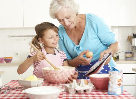damas antiguas: Abuela y nieta de la hornada en la cocina