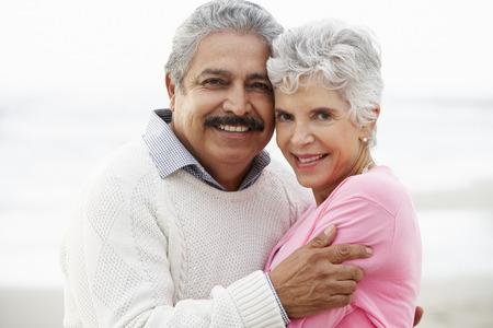 Romantisch senior paar knuffelen op het strand