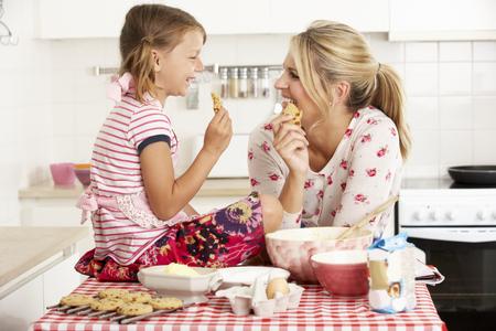 galletas: Madre e hija para hornear en la cocina Foto de archivo