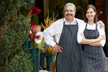 famille: Portrait d'un homme et Fleuriste Femme Boutique ext�rieur Banque d'images