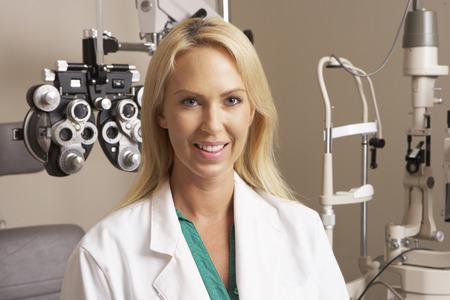 oculista: Retrato De Mujer En Óptico Cirugía
