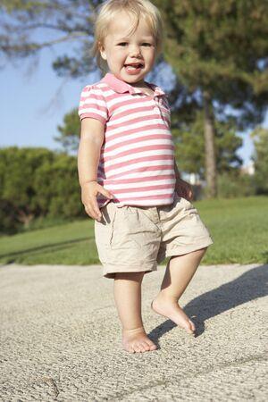 어린 소녀: Little Girl Walking In Park