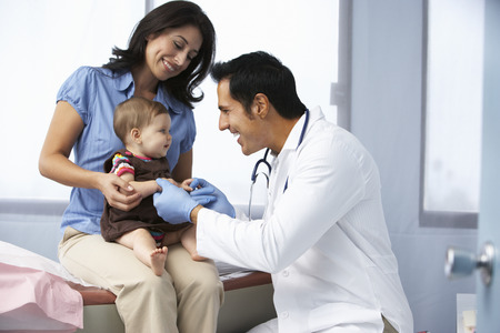 lekarz: Lekarz w chirurgii bada dziewczynka