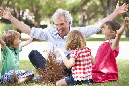 внук: Дедушка Обучение Внуки Построить костёр