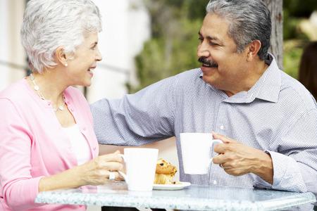 tercera edad: Pares mayores que disfrutan Snack-A Caf al aire libre Foto de archivo