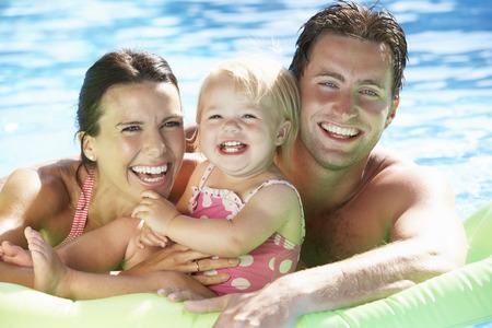 Familie Op Vakantie In Zwembad