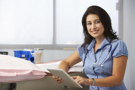 doktor: Kobieta lekarz w chirurgii Korzystanie z cyfrowym tablecie