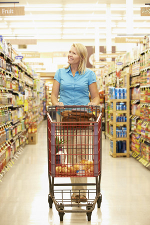 carro supermercado: Mujer En Pasillo Comestibles De Supermercado