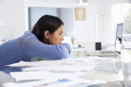 nešťastný: Zdůraznil Žena pracuje na notebooku v domácí kanceláři