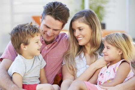 madre e hijo: Familia sentada en Jardín Asiento Juntos