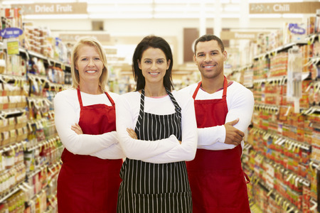 travailleur: Supermarch� travailleurs permanent dans les �piceries Aisle Banque d'images