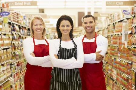 abarrotes: Supermercado Permanente Trabajadores En Grocery Pasillo Foto de archivo