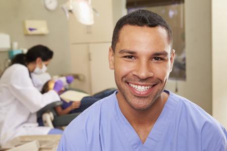 Portrét zubní sestra v ordinaci zubního lékaře