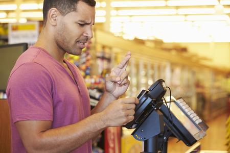 ショッピング カード交差指でチェック アウト時の支払い希望のお客様 写真素材