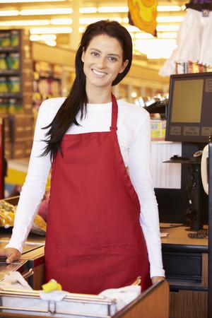 mujer trabajadora: Cajero Mujer En Supermercado Pedido Foto de archivo