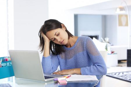 estr�s: Destac� Mujer Que Trabaja En La Computadora Port�til En Home Office