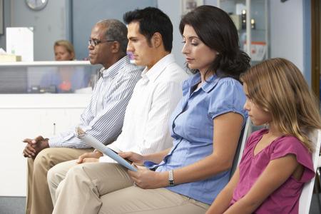 recepcionista: Los pacientes en los médicos Sala de espera