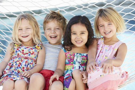 함께 정원 그물 침대에서 휴식을 네 자녀 스톡 콘텐츠 - 42271136
