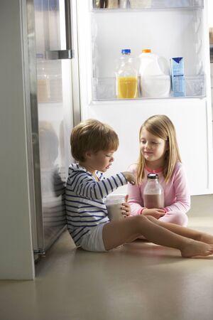 tomando leche: Niños Raiding La Nevera