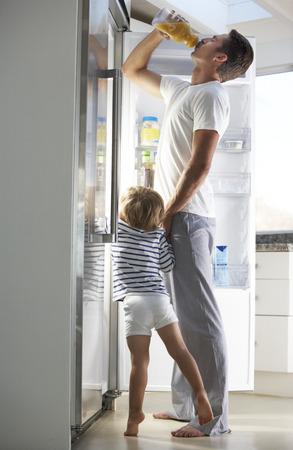 guilty pleasure: Padre e hijo Raiding la nevera para bebidas