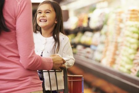 carro supermercado: Cerca De Madre Empujar Hija En Supermercado Trolley