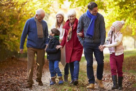 Multl Generation Familie die langs pad Herfst Stockfoto