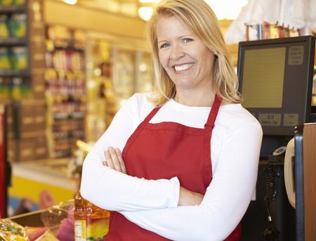 supermercado: Cajero Mujer En Supermercado Pedido Foto de archivo