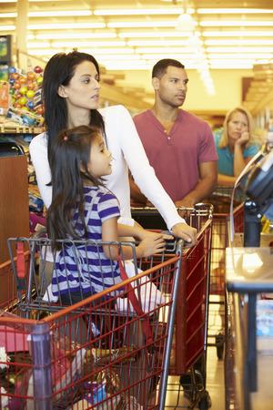 Klant in de wachtrij om te betalen voor het winkelen bij de supermarkt Afrekenen