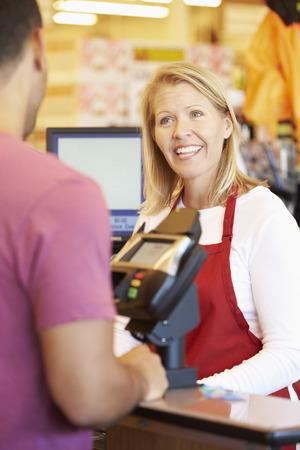 caja registradora: Cliente que paga por hacer compras en supermercado Pedido