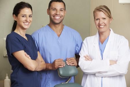 치과 의사의 초상화 수술에서 치과 간호사 스톡 콘텐츠
