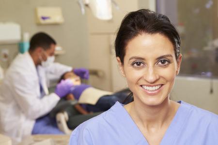 치과 수술에서 치과 간호사의 초상화