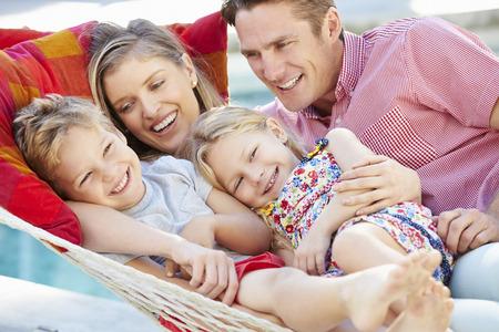 madre e hijo: Familia que se relaja en jardín Hamaca Juntos