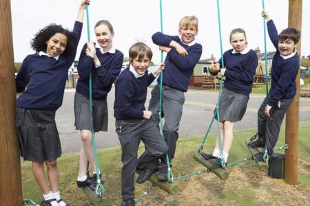 Porträt von Grundschülern auf Kletterausrüstung Standard-Bild