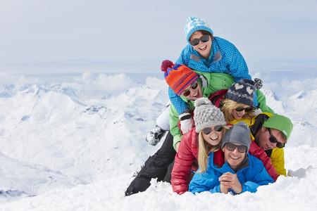 gafas de sol: Grupo de amigos que se divierten en fiesta del esquí en montañas Foto de archivo