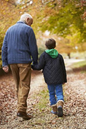 祖父と孫のパスに沿って歩く後姿