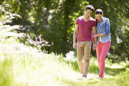 Jeune couple Walking In Summer Campagne Banque d'images - 42271212