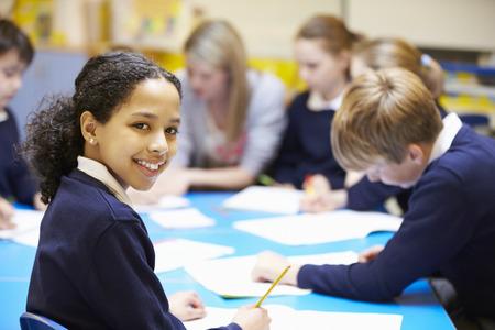 uniforme escolar: Retrato de la pupila en sala de clase con el profesor